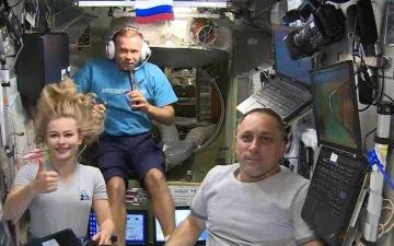 الصورة: الصورة: طاقم سينمائي يعود إلى الأرض بعد تصوير أول فيلم في الفضاء
