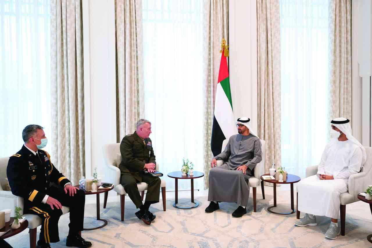محمد بن زايد يبحث مع قائد القيادة المركزية الأمريكية التعاون الدفاعي