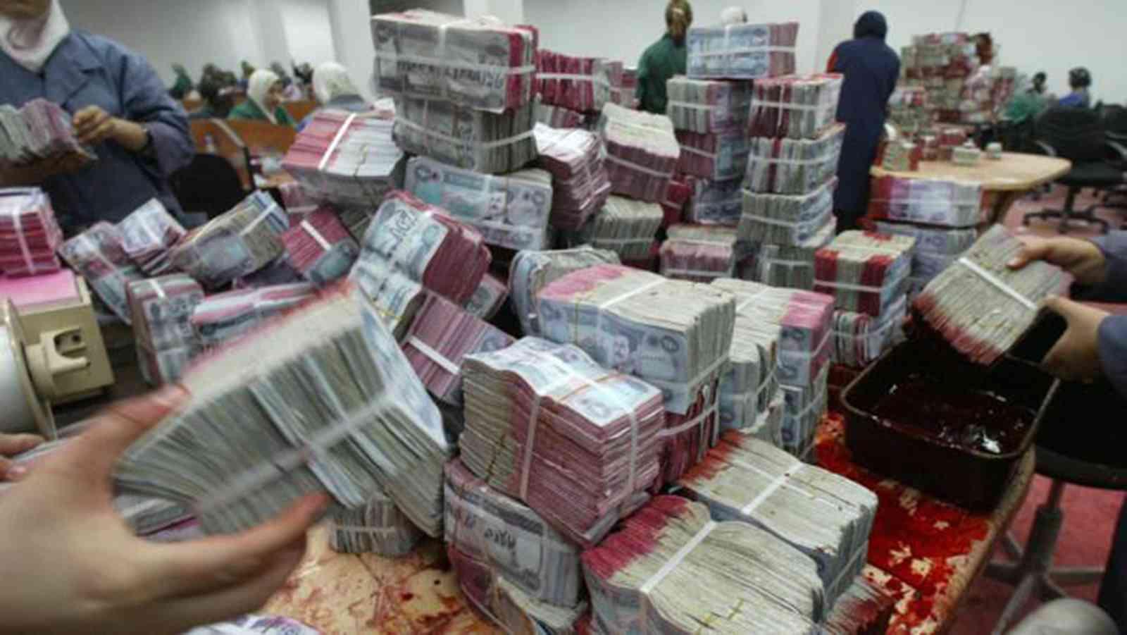 صورة استخراج 175 كيس نقود من تحت أنقاض البنك المركزي في الموصل