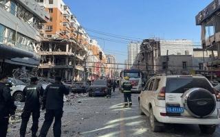 شاهد.. انفجار غاز في الصين يدمر شارعاً ويوقع عشرات القتلى والجرحى