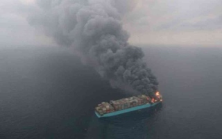 الصورة: الصورة: غازات سامة تنبعث من سفينة شحن مشتعلة قبالة سواحل كندا