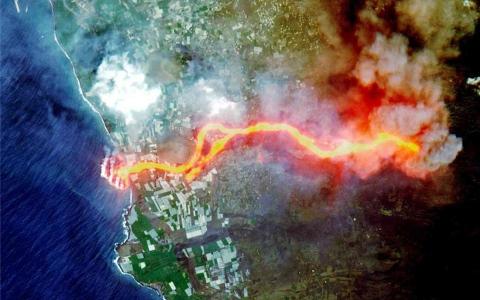 الصورة: الصورة: تحذيرات من وصول أدخنة بركان لابالما إلى مصر ووزارة البيئة توضح